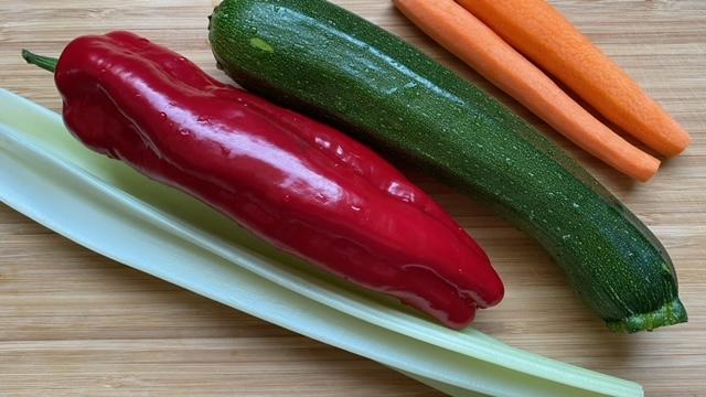 Paprika, Zucchini, Karotten und Selleriestange