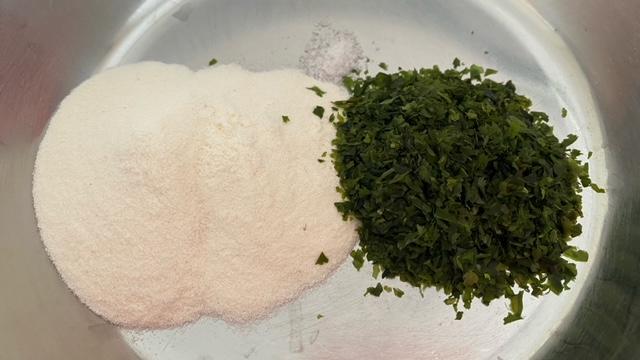 Weizenmehl, Ao-Nori, Salz und Wasser werden in einer Schüssel gemischt