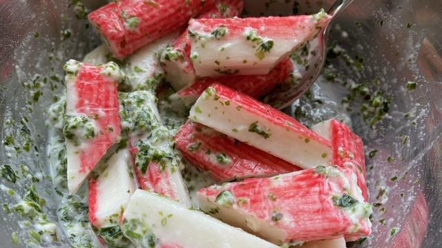 Surimi wird mit Weizenmehl, Algen, Salz u. Wasser gemischt