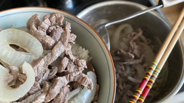 Rindfleisch und Zwiebel wird auf Reis platziert