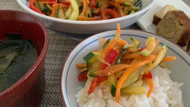 Gemüse-Kimpira auf Reis mit Beilagen