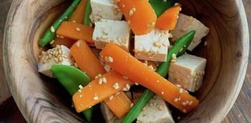 Kalte Vorspeise aus Tofu, Karotten und Zuckerschoten