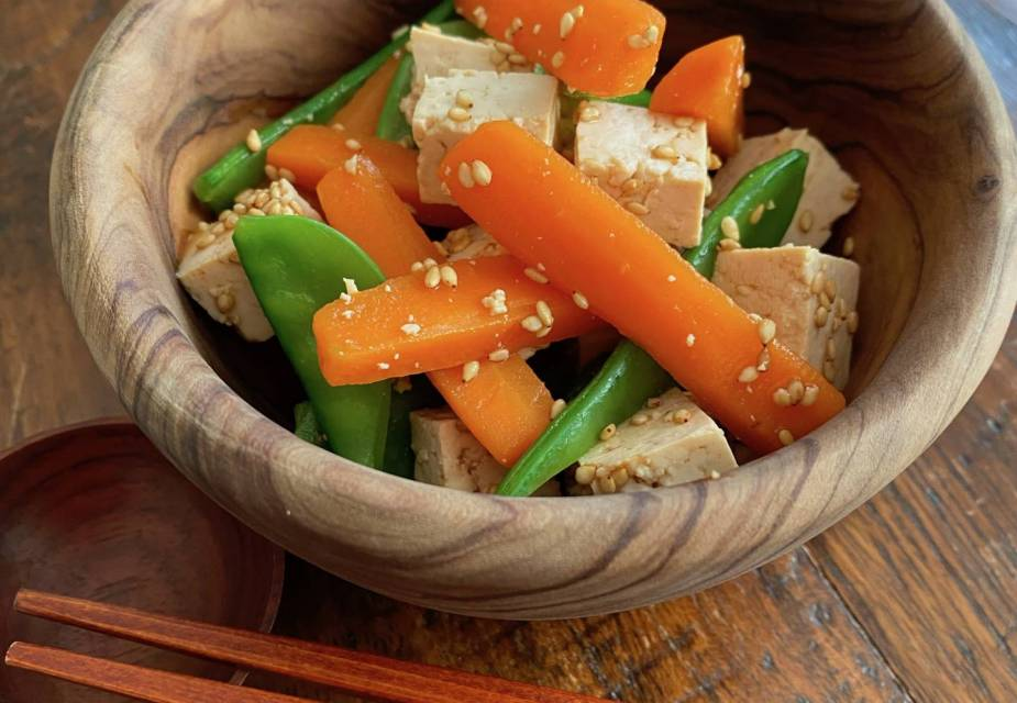 Kalte Vorspeise mit Tofu, Karotten und Zuckerschoten