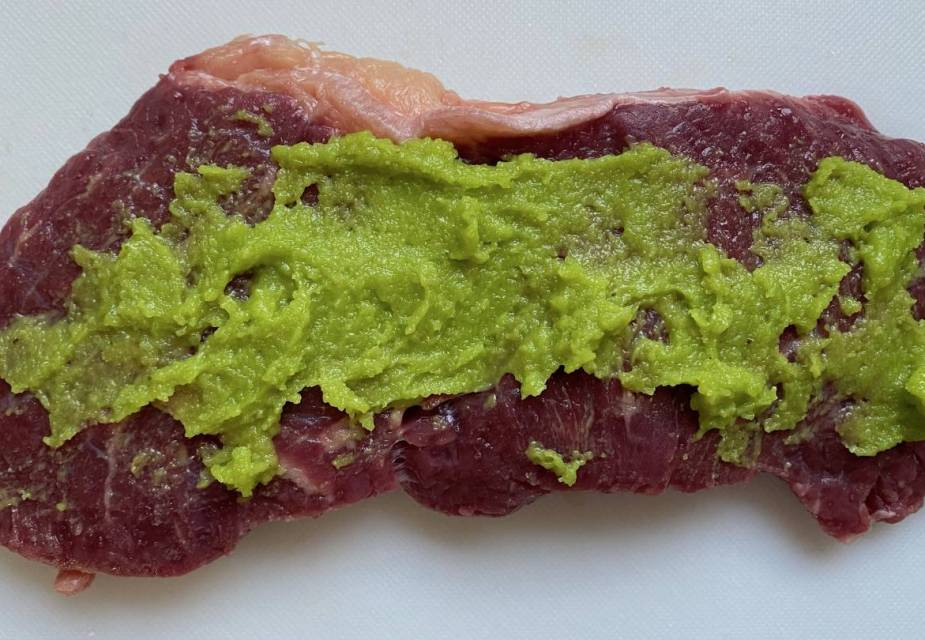 Rohes Steak mit Wasabi bestrichen