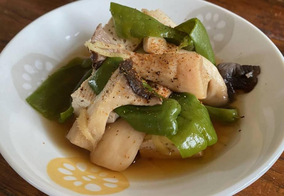 Gekochter Tofu mit Pilzen und Paprika auf Teller angerichtet