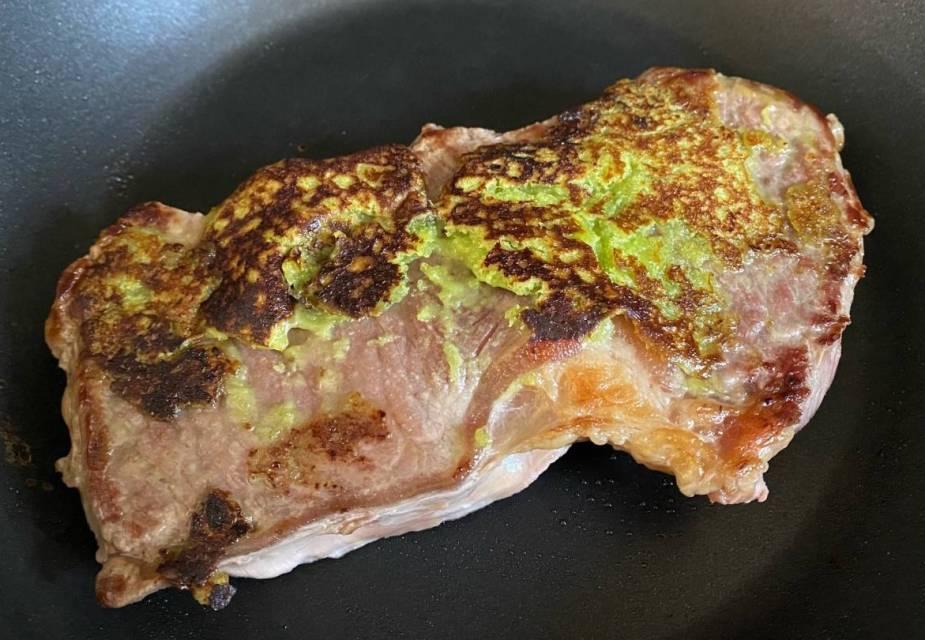 Wasabi-Steak in der Pfanne