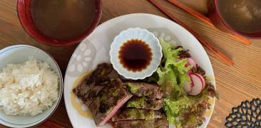 Wasabi-Steak mit Sojasauce, Reis und Salat