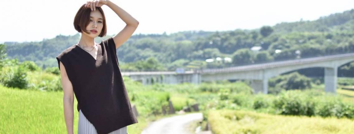 Japanerin vor grüner Landschaft