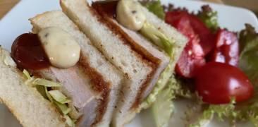 Japanisches Sandwich mit Schnitzel (Katsu-Sando) und Beilagensalat