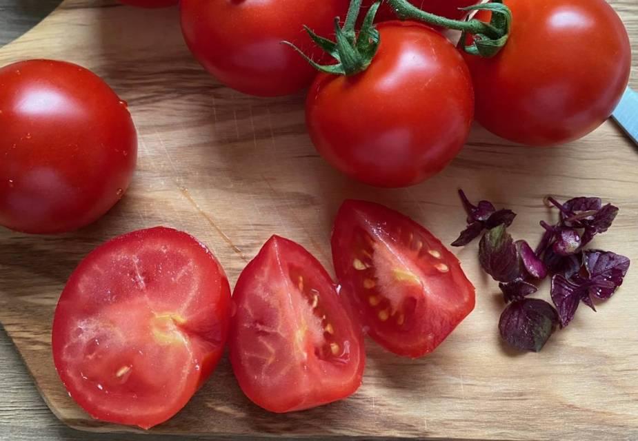 Tomaten werden geviertelt