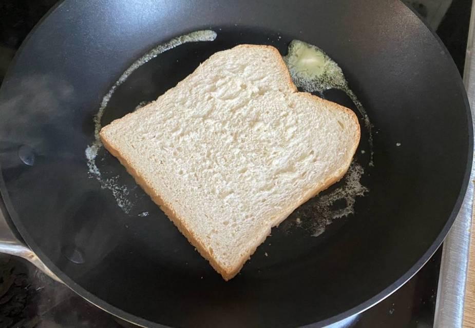 Brot wird in der Pfanne getoastet