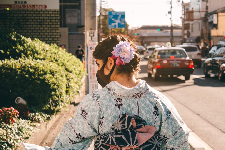 Frau im Kimono mit Mundschutz