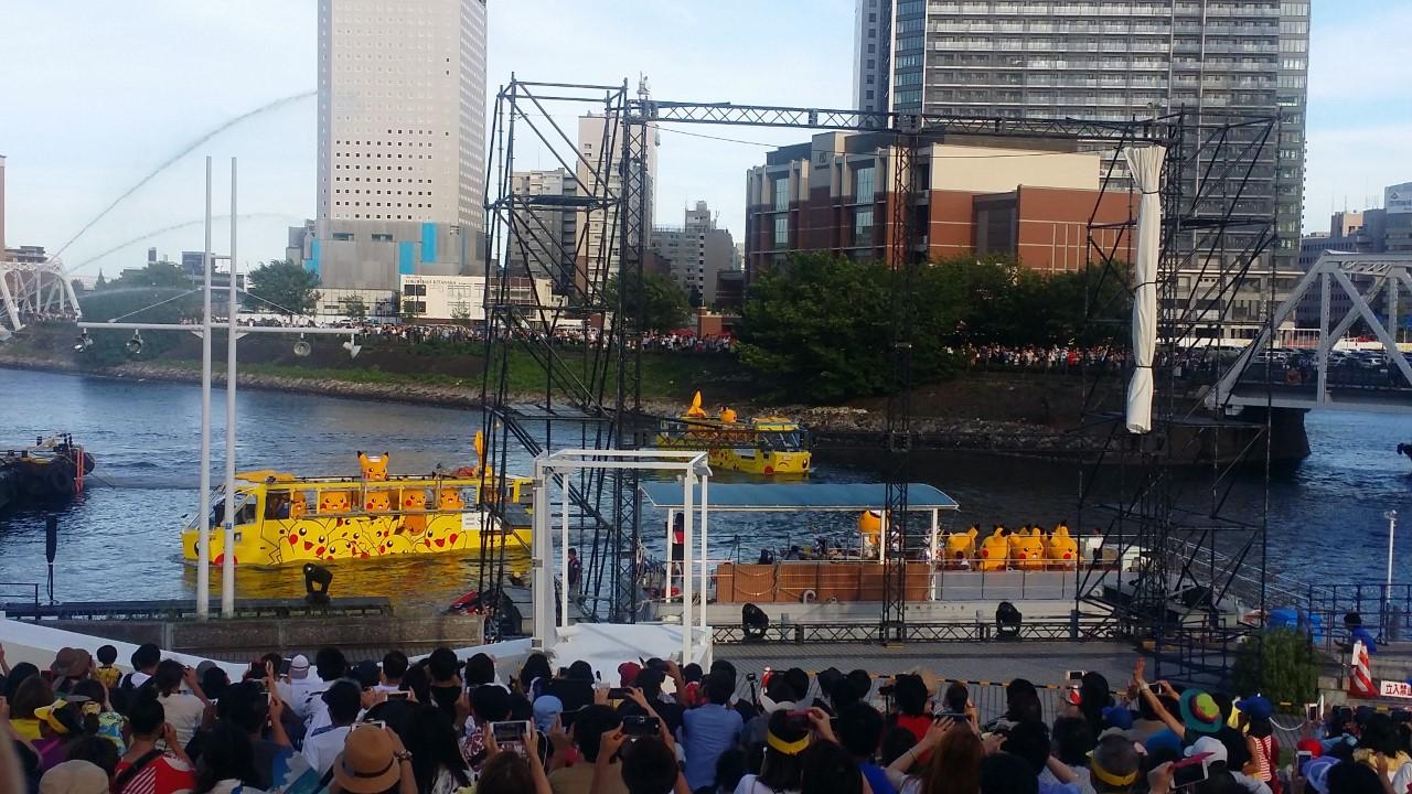 Pikachu-Bootsparade auf dem Pikachu Outbreak-Event in Yokohama