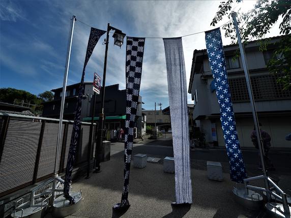 Batikstoffe in Blautönen zum Trocknen aufgehängt bei einem Fest in Arimatsu