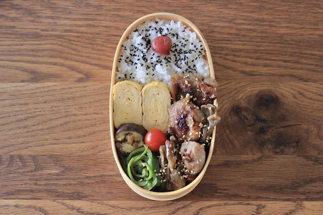 Runde Bento-Box mit Reis, Ei, Fleisch und Gemüse