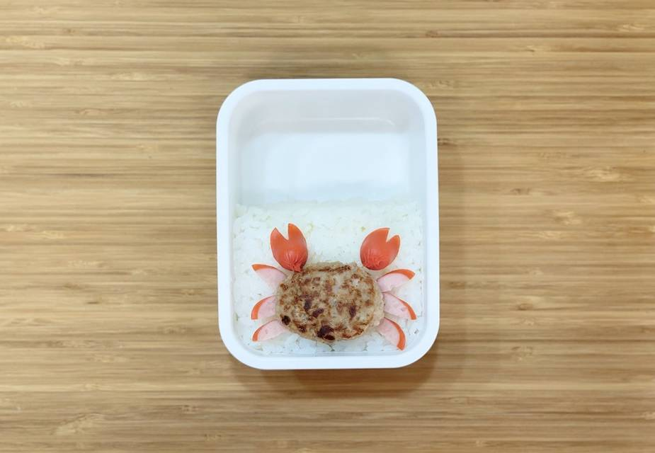 Krebs aus Frikadelle und Würstchenscheiben auf Reis