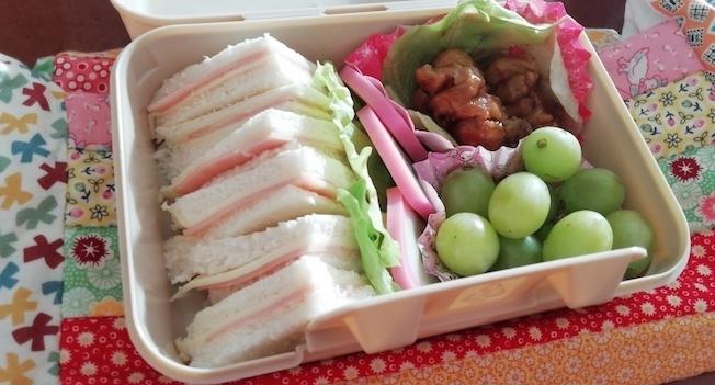 Bento-Box mit Sandwiches, Obst und Fleisch