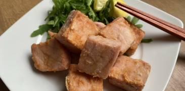 Thunfisch nach Tatsuta-Art auf viereckigem Teller mit Stäbchen, Rucola und Zitronenscheiben angerichtet