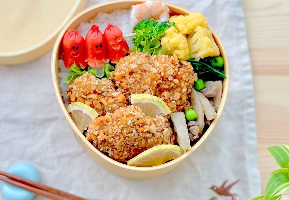 Bento-Box mit frittiertem Hähnchen und anderen Zutaten