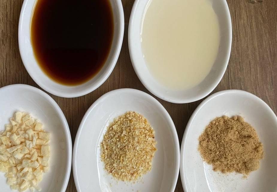 """Würzmittel für Hähnchenbrust """"Age-Yaki"""" (Sojasauce, Mirin, Ingwer- und Knoblauchpulver, Maisstärke in weißen Schälchen)"""
