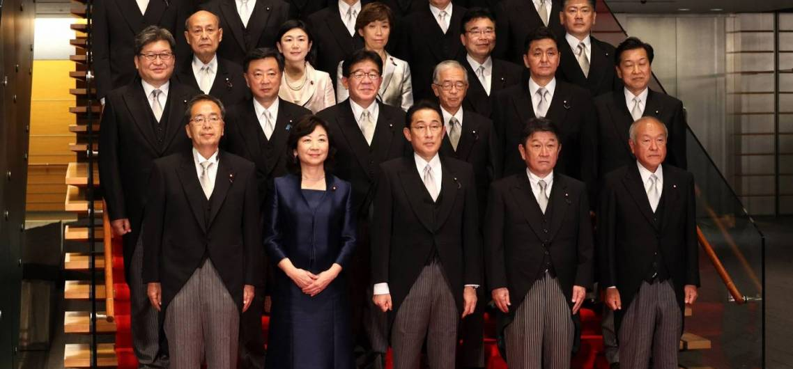 Kishida Fumio mit Kabinett