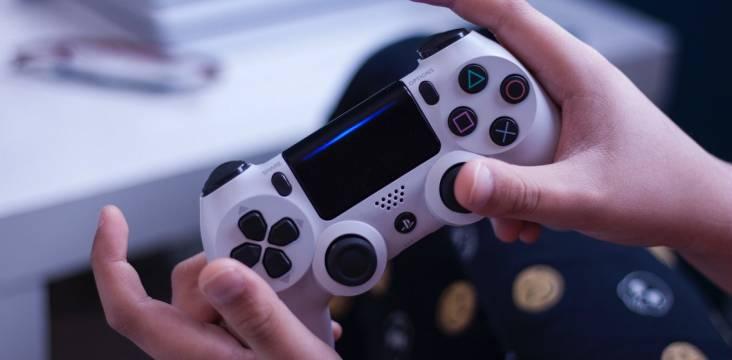 schwarz-weißer Spielecontroller mit Händen