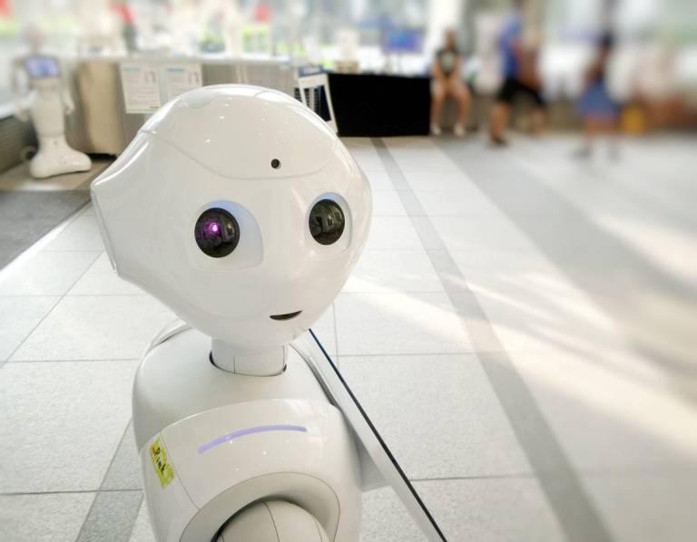 Kleiner, lächelnder Roboter
