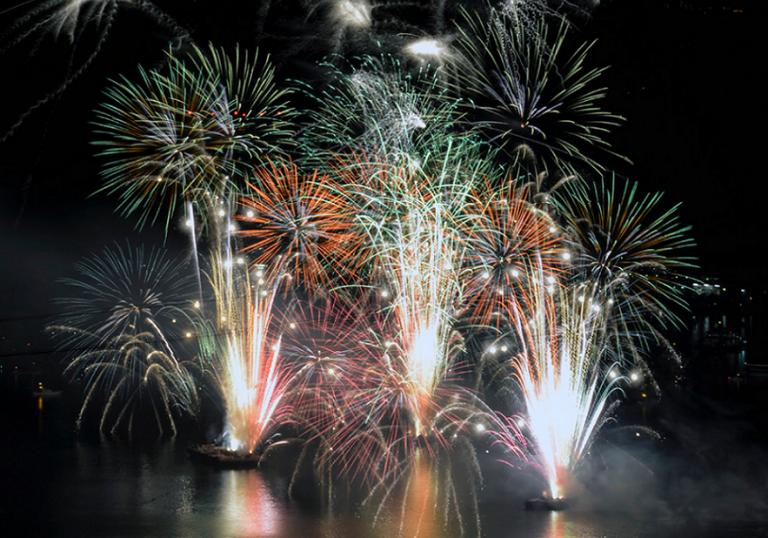 Feuerwerk im Hafen von Hiroshima