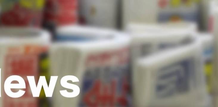 """Schrift """"News"""" mit Zeitungen im Hintergrund"""